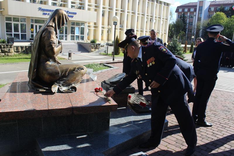 Календарь: в Новороссийске открыли памятник погибшим милиционерам