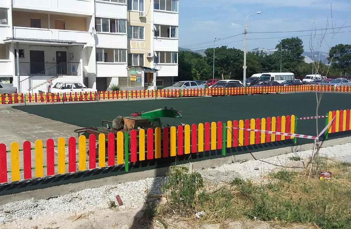Новороссийцы думали, что детскую площадку ломают, а оказалось - чинят