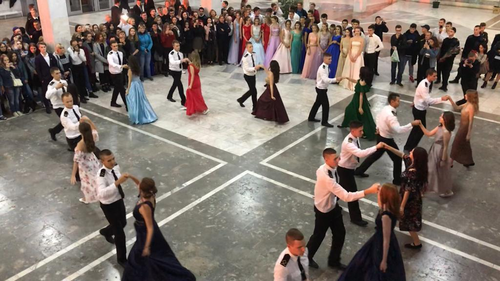 Курсанты «вышки» закружились в танце на Петровском балу