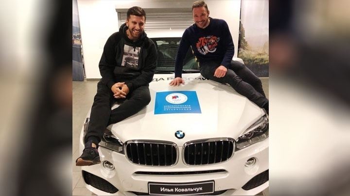 Одна из машин BMW, которую  принимал  порт Новороссийска для передачи хоккеистам, пошла на благое дело
