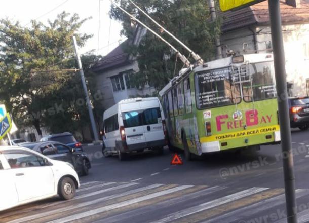 Конкуренция на дорогах: новороссийцы обсуждают ДТП между маршруткой и троллейбусом