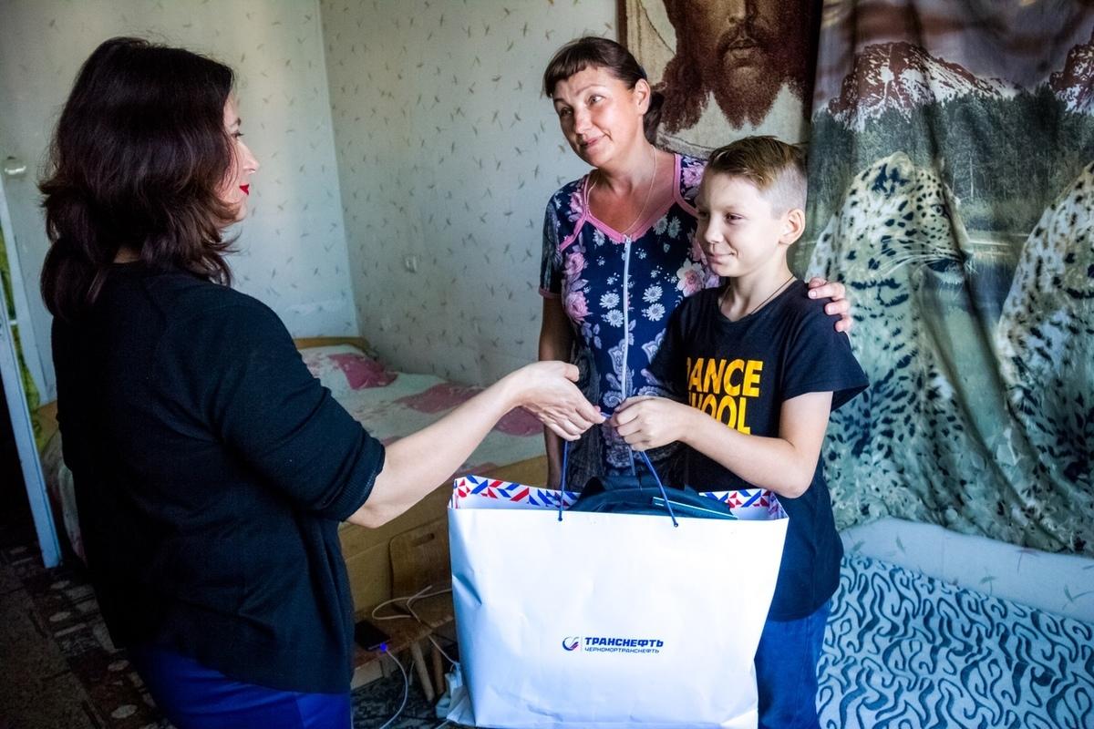 Подарки к школе вручили детям из малообеспеченных семей Новороссийска
