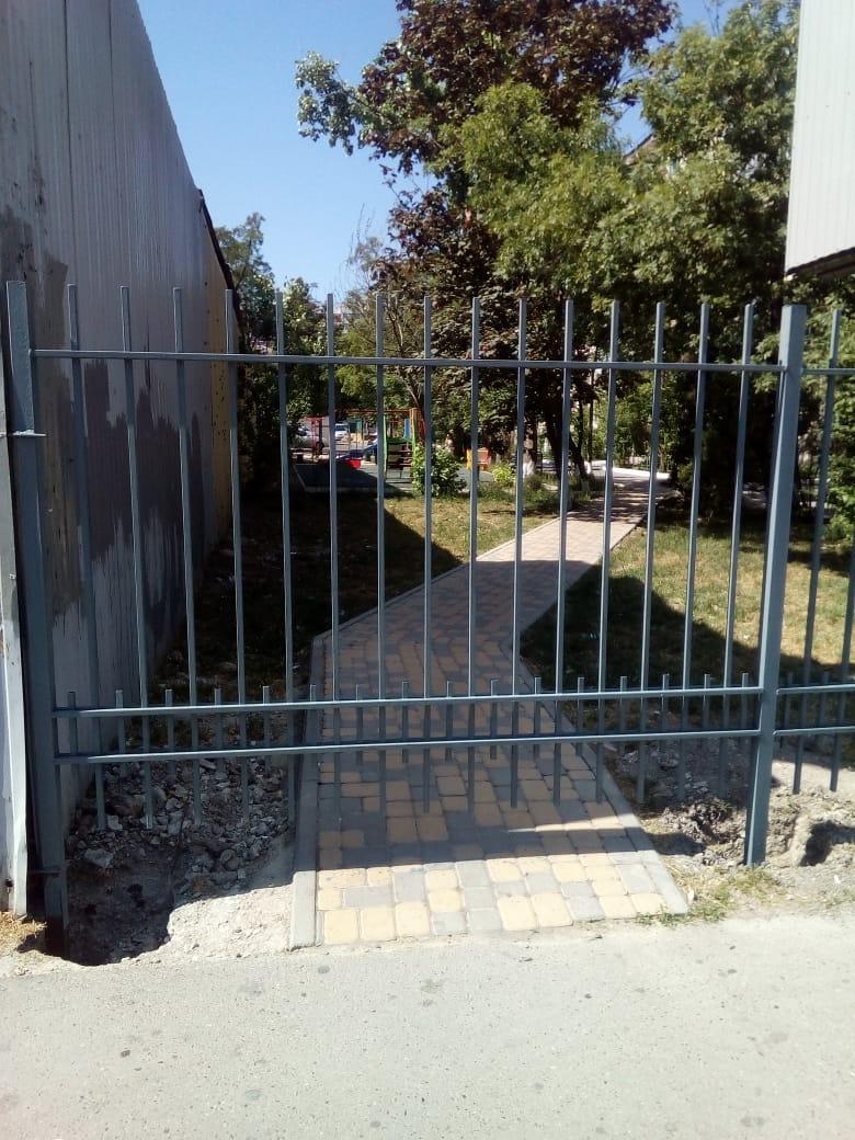 Новороссийцы возмущены забором, возникшем в одном из дворов в центре