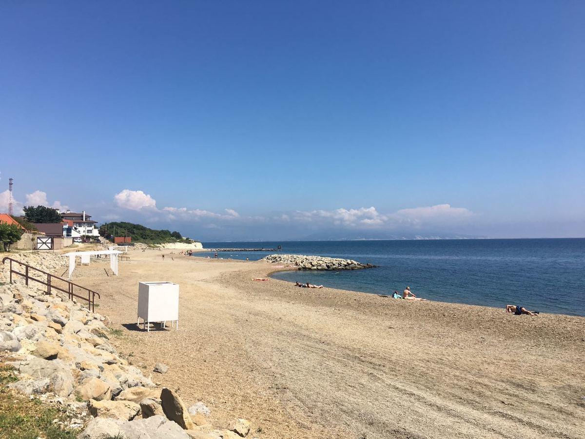 А сам весь в белом: пляж в Мысхако «косит» под Европу