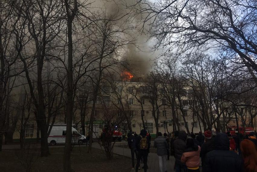 11 пожарных тушат огонь, а два корреспондента «Блокнота» работают на пепелище в центре Новороссийска