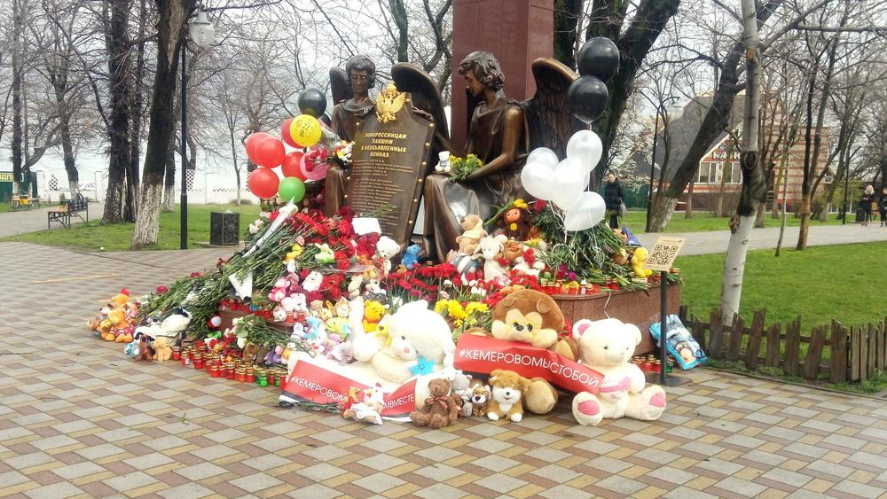 Тысячи новороссийцев пришли на траурное мероприятие памяти погибших в Кемерово