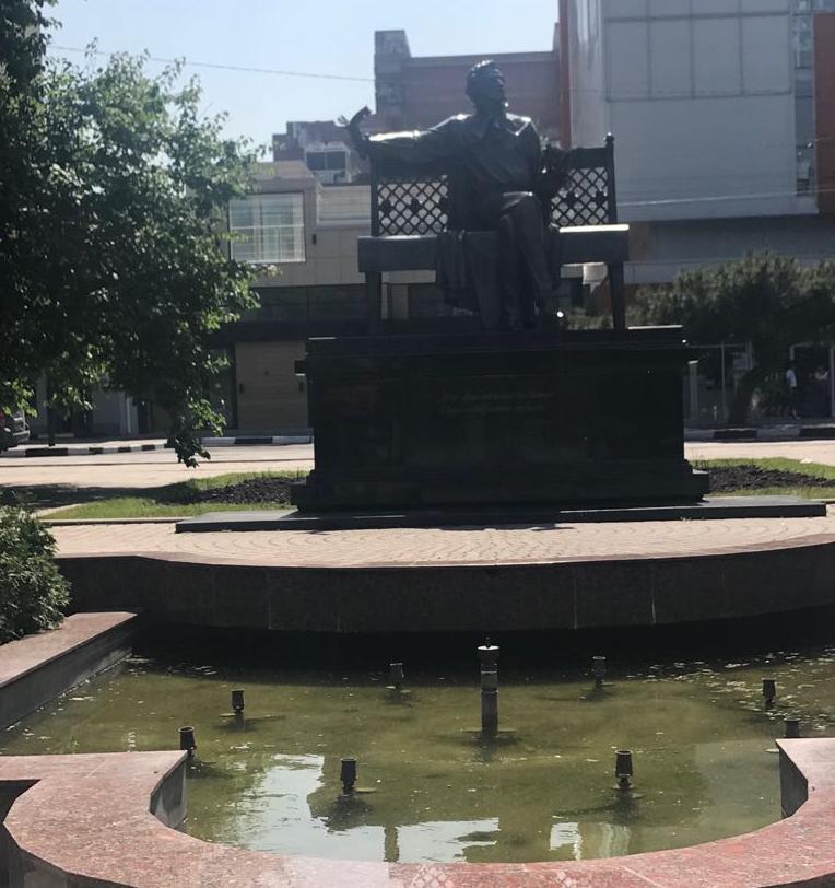 Пушкин сидит с видом на грязные фонтаны в Новороссийске