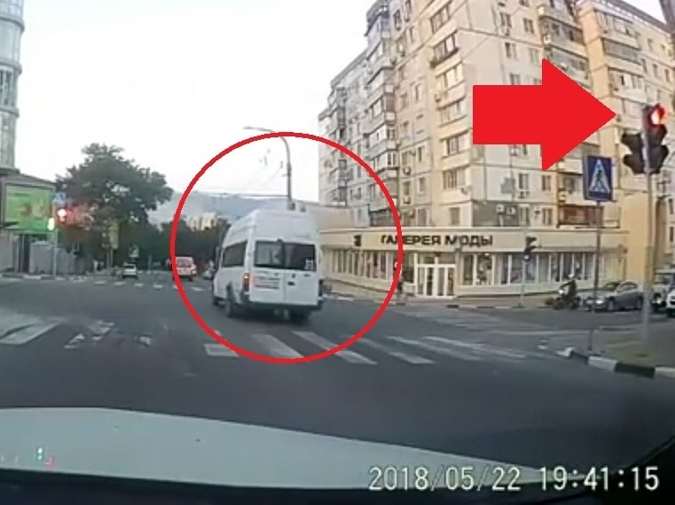 Новороссийский маршрутчик вновь отличился ездой на красный